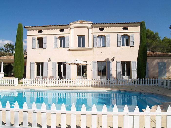 La Demeure du Rouret and its swimming pool